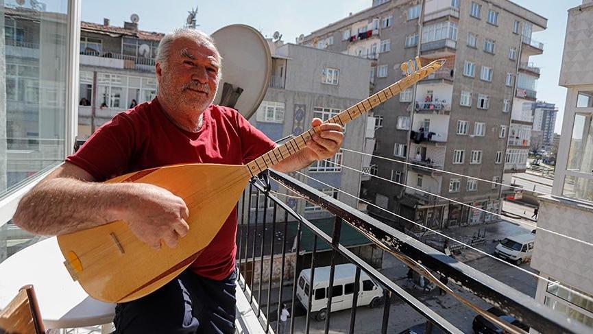 Evde kalanlara balkonda sazlı sözlü konser