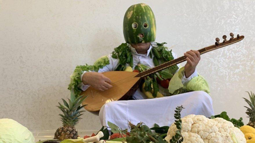 Türkücü Aydın Aydın karpuz kabuğundan maske yapıp 'Evde Kal' mesajı verdi