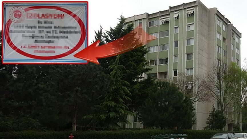 8 katlı apartman karantinaya alındı! Giriş kapısına bu yazı asıldı