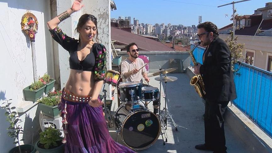 Sokağa çıkamayan komşularına danslı müzikli konser verdiler