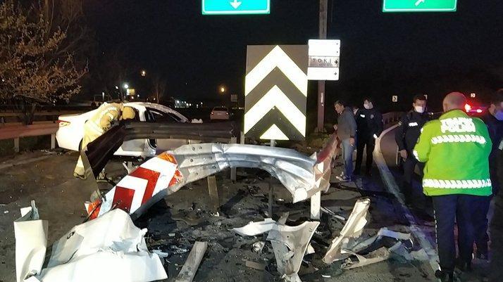 TEM'de feci kaza: Bariyerlere ok gibi saplandı