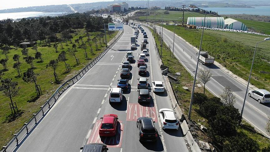 İstanbul trafiği sokağa çıkma yasağı öncesi kilitlendi