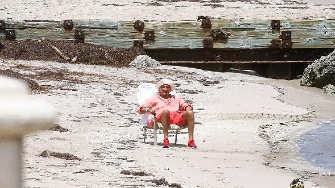 Rod Stewart, karantina günlerini tek başına plajda geçiriyor