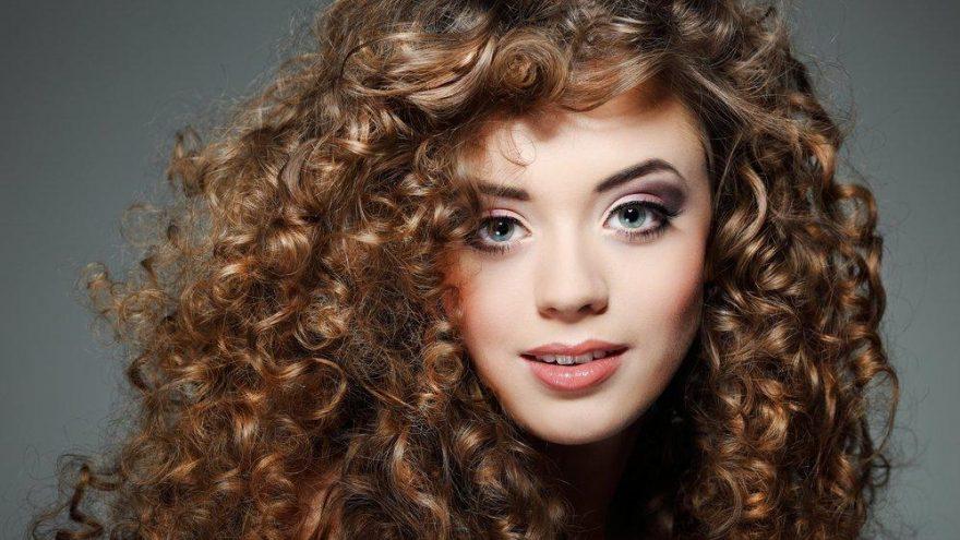Kıvırcık saç nasıl nemlendirilir? Saçlarınızı nemli tutacak 4 ipucu…