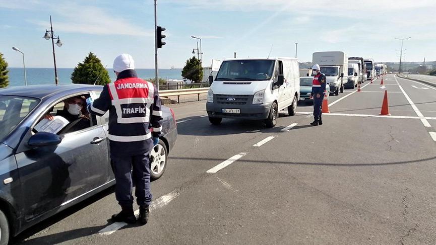 İstanbul'da sokağa çıkma yasağı öncesi kilometrelerce kuyruk oluştu