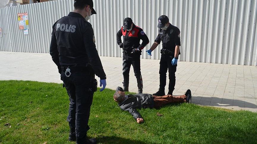 Yaşlı adam polisi çileden çıkardı!