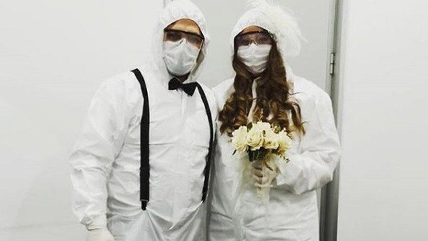 Gelin ve damat tulum giydi! Canlı yayında düğün yaptı