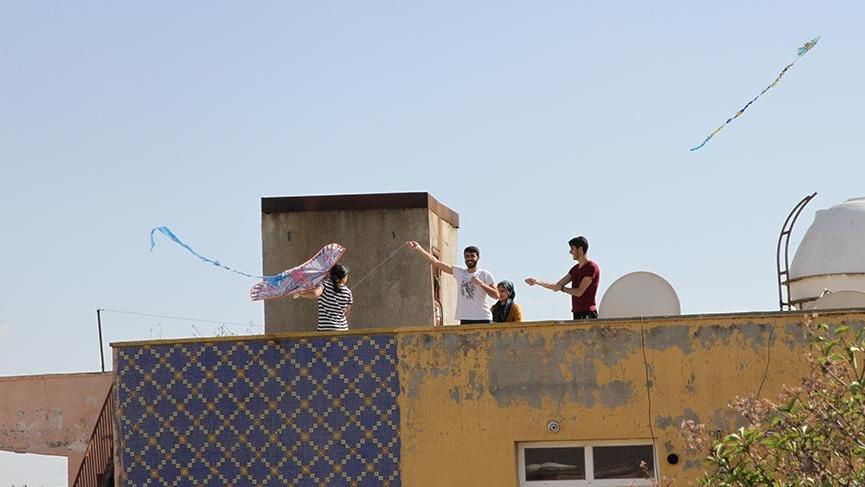 Kızıltepe'de sokağa çıkamayan vatandaşlar damlarda uçurtma uçurdu