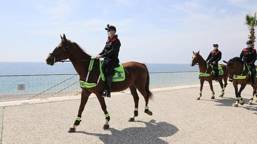 Konyaaltı Sahili'nde atlı devriye