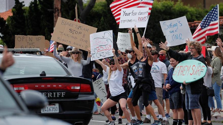 Corona virüsü sebebiyle sokağa çıkma yasağını protesto ettiler