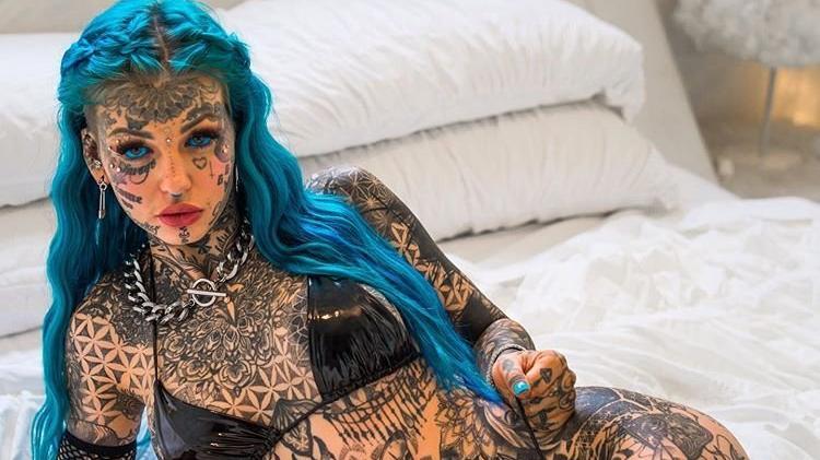Dövmelerine servet harcayan Amber Luke'un dövmesiz hali görenleri şaşırttı