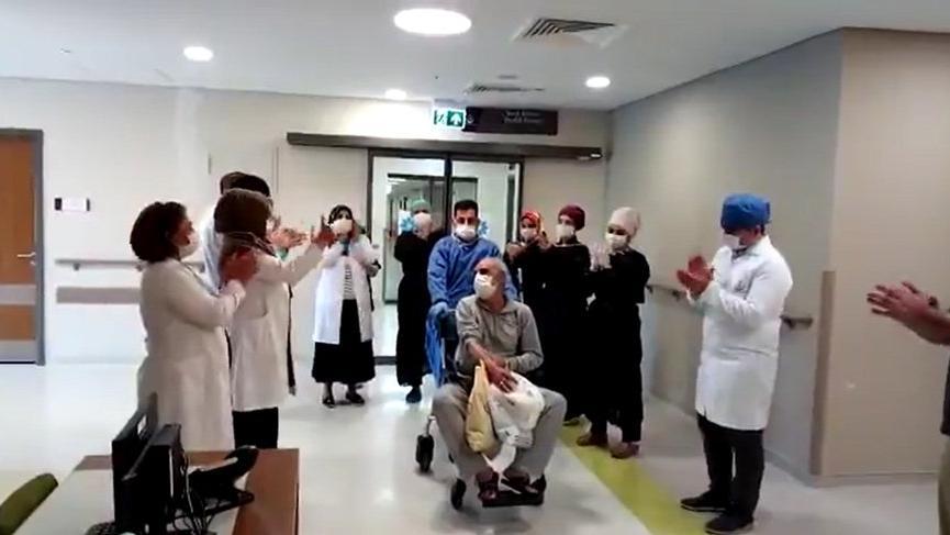 Elazığ'da corona virüsünü yenen 11 kişi alkışlarla taburcu oldu