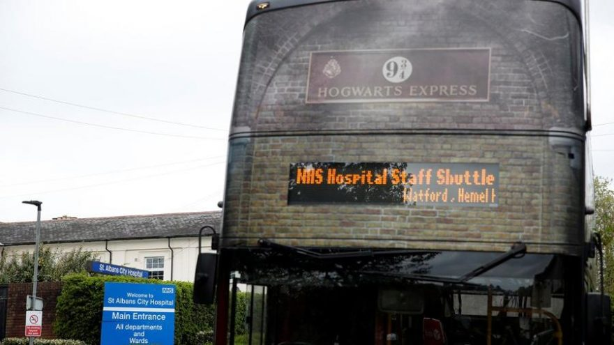 Harry Potter tur otobüsü Ulusal Sağlık Hizmetleri çalışanlarını taşıyor