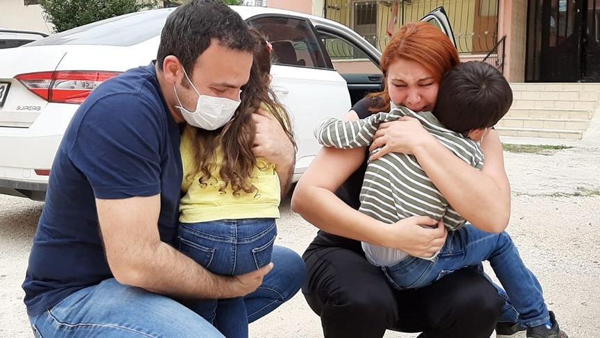 Sağlıkçı anne ve babanın çocuklarına kavuşma anı herkesi ağlattı
