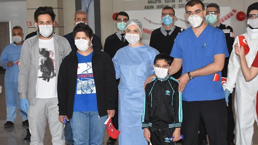 Corona virüsünü yenen 2 çocuk 23 Nisan'da taburcu edildi