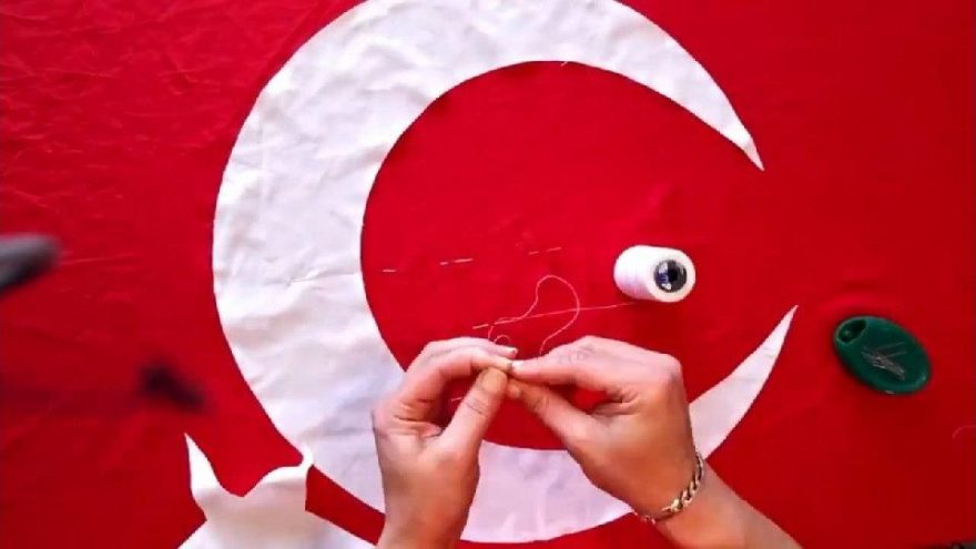 Karantinada evde Türk Bayrağı nasıl yapılır? Tanju Babacan evde Türk Bayrağı dikti