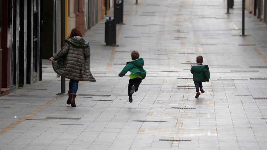 İspanya'da çocuklara 40 gün sonra sokağa çıkma izni!