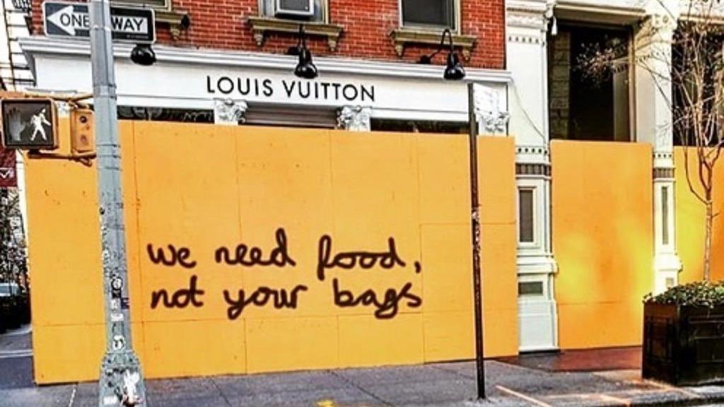 Louis Vuitton mağazasını yağmalanmadan korumak isterken protesto edildi