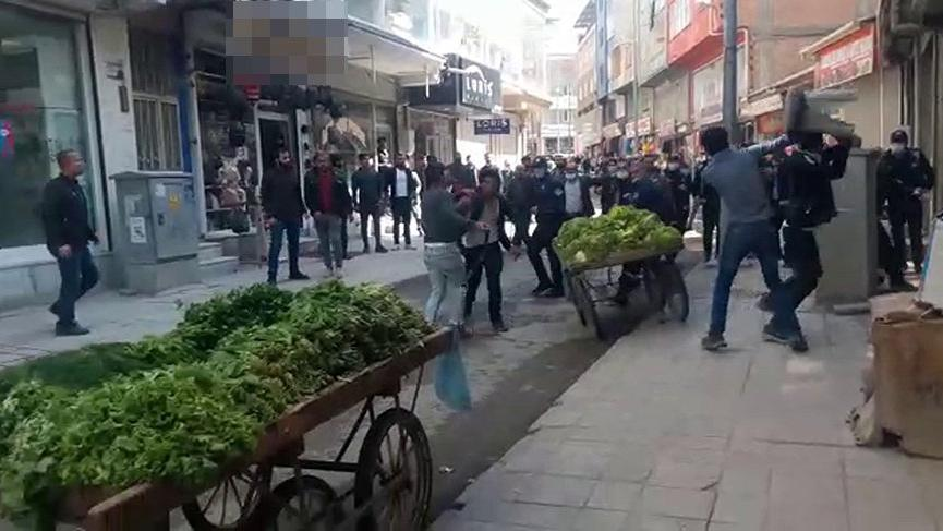 Zabıta ile seyyar satıcılar birbirine girdi: 7 yaralı