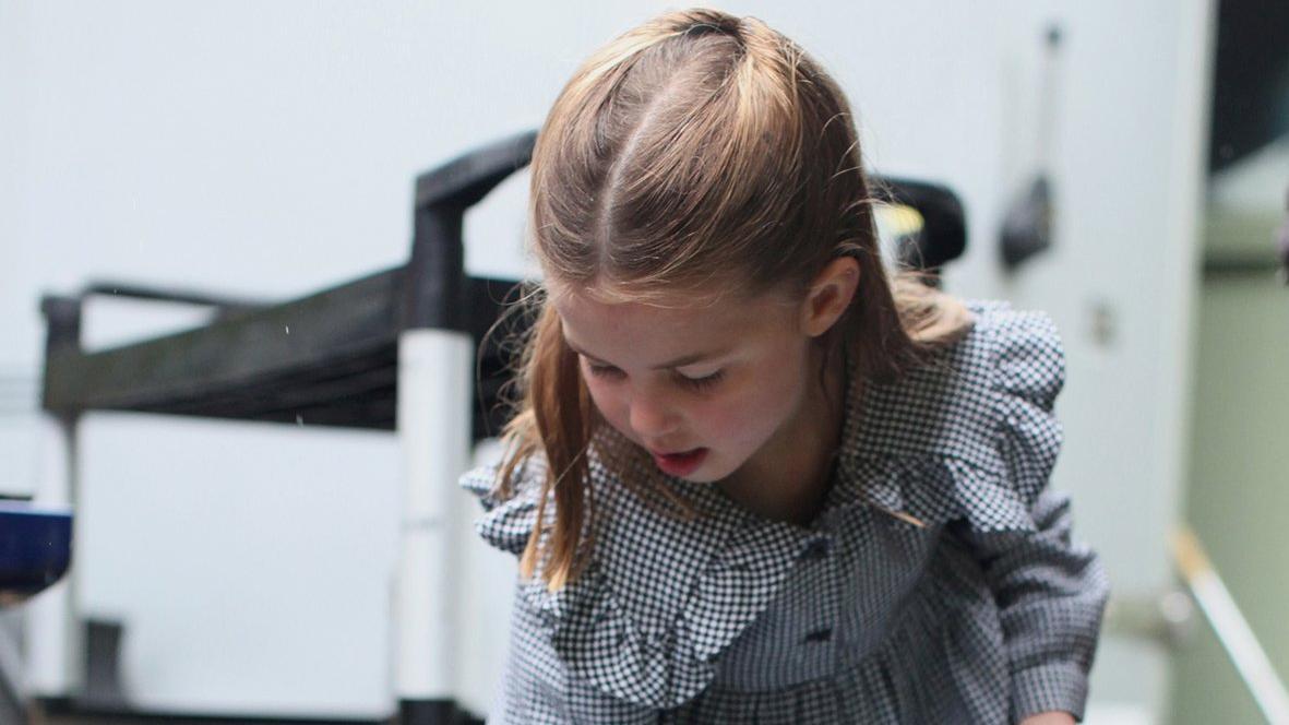 Prenses coronaya karşı işbaşında! Kapı kapı gezip makarna dağıttı