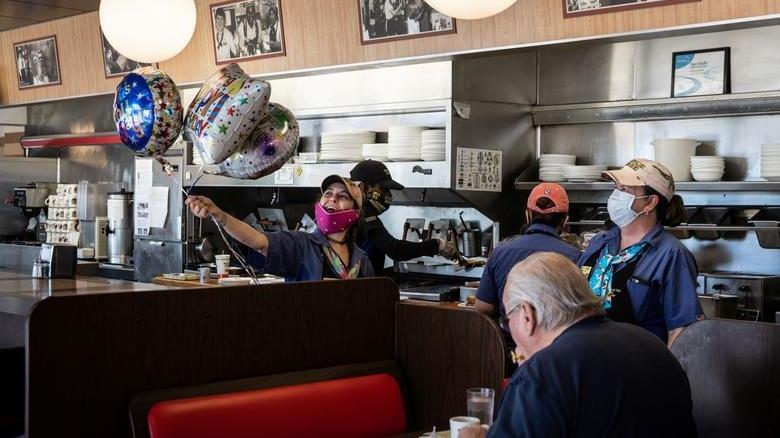ABD'de yeniden açılış iznine rağmen bazı restoranlar kapılarını açmadı