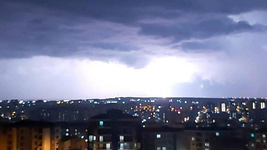 İstanbul'da şimşekler geceyi gündüze çevirdi!