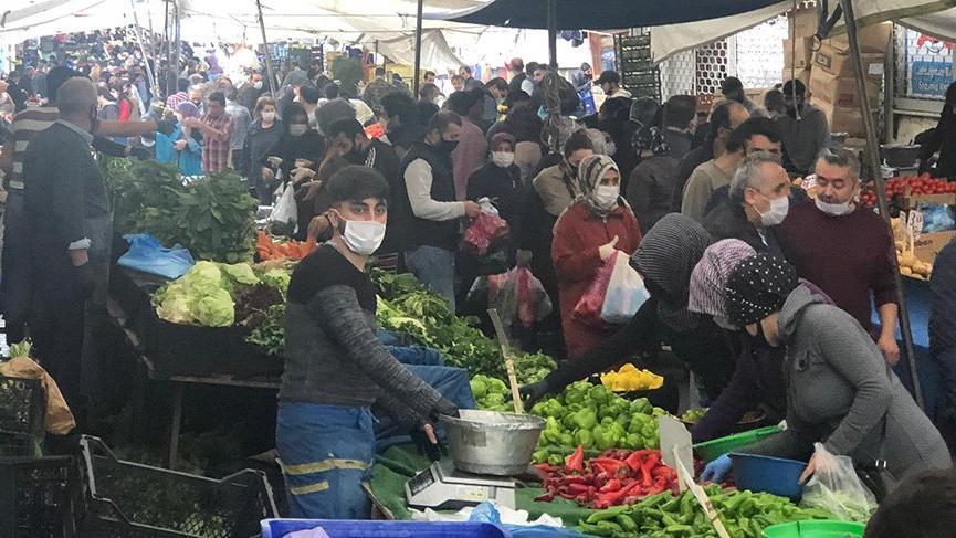 Sosyal mesafe hiçe sayıldı, pazarda adım atacak yer kalmadı!