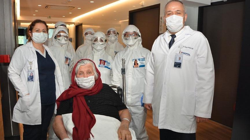 92 yaşındaki corona virüsü hastası alkışlarla taburcu oldu