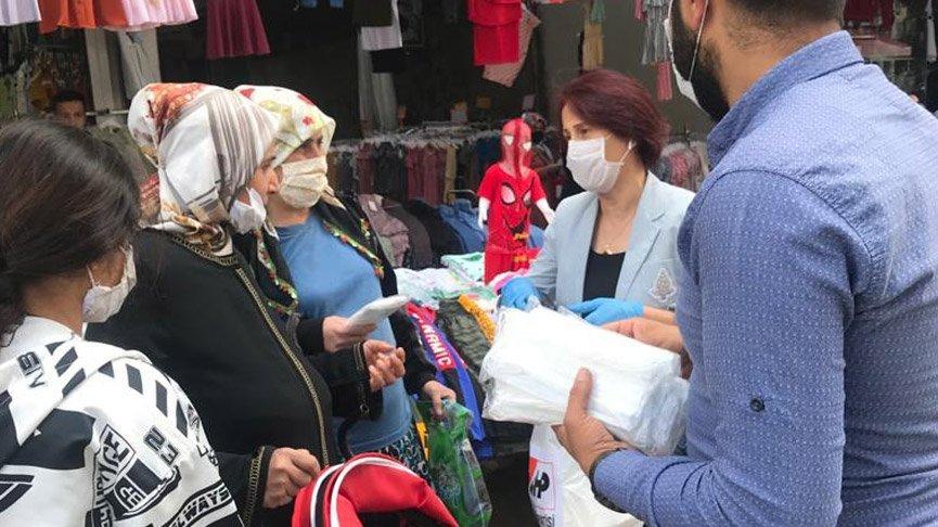 CHP Diyarbakır'da vatandaşa ücretsiz maske dağıttı