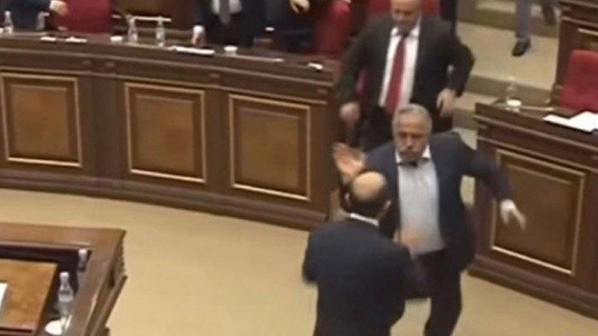 Ermenistan Parlamentosu'nda yumruklu kavga!