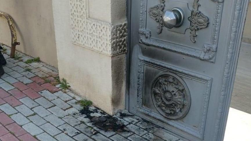 Bakırköy'deki Ermeni Kilisesi'nin kapısını yaktı, ''Corona'yı bunlar bela etti'' dedi