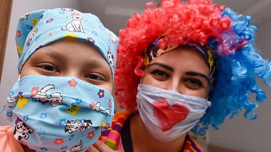 Palyaço kostümlü hemşireler kanser hastası çocukları eğlendirdi