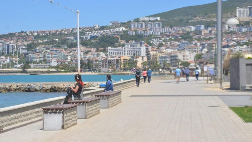 Kuşadası'nda yasağa rağmen vatandaşlar denize girdi