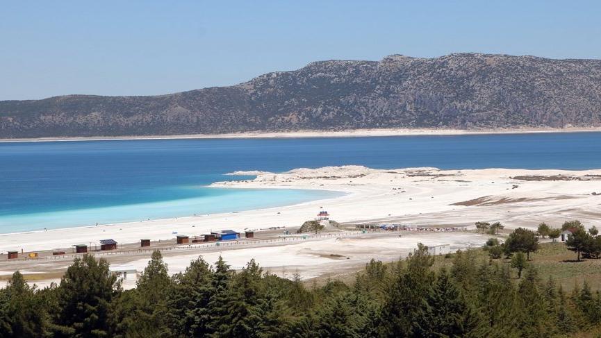 Salda Gölü'nün taşınan kumları eski yerine alındı!