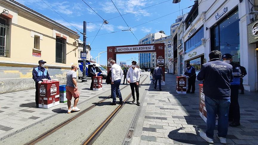 Kontrollü sosyal hayata geçişle Taksim'deki iş yerleri açılmaya başladı
