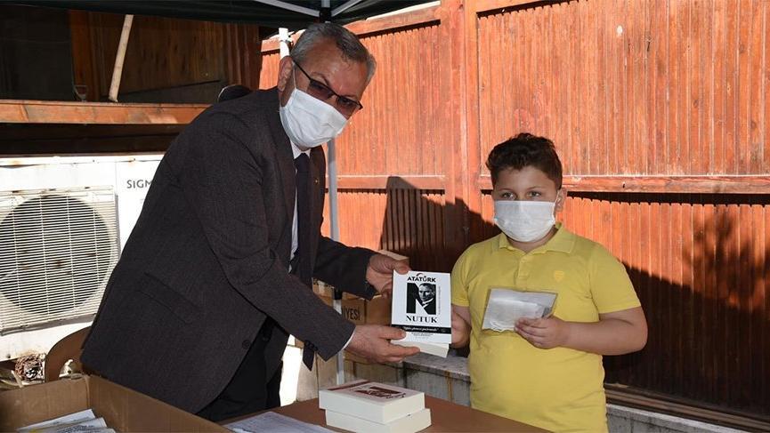AKP'li Belediye Başkanı çocuklara Nutuk dağıttı