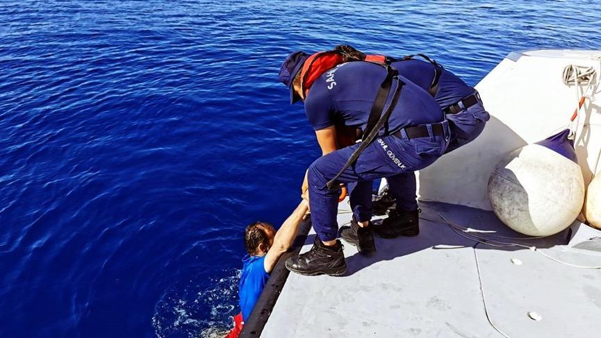 Bodrum'dan yüzerek Yunan adasına geçmeye çalışan göçmen son anda kurtarıldı!
