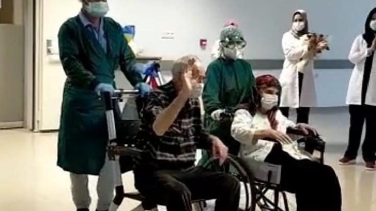 Corona virüsü yenen 82 yaşındaki çift, alkışlarla taburcu oldu