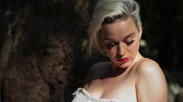 Katy Perry, yeni şarkısını hamile pozlarıyla tanıttı