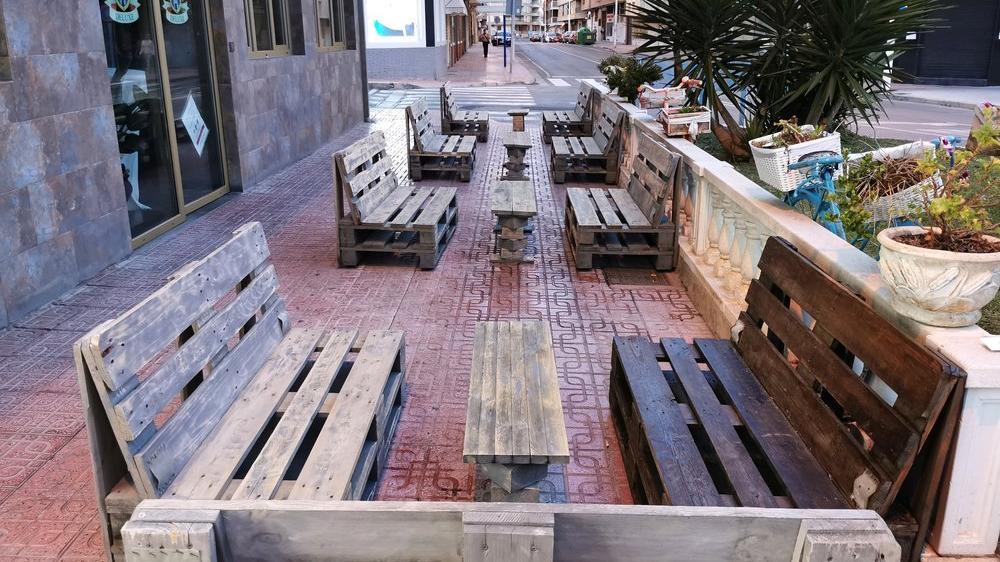 Restoranlardan sosyal mesafe önlemi: Dışarı masa sandalye atmak