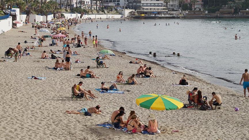 'Kontrollü sosyal hayat' unutuldu! Plajlar yaz günlerini aratmıyor