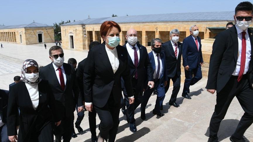 Meral Akşener'den Anıtkabir ziyareti