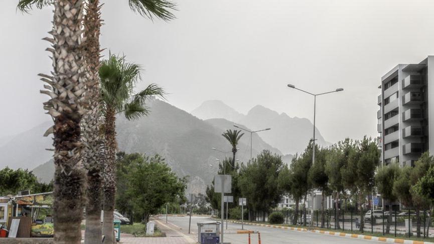 Antalya'da sıcak hava bunalttı, taşınan toz gökyüzünü kapladı!