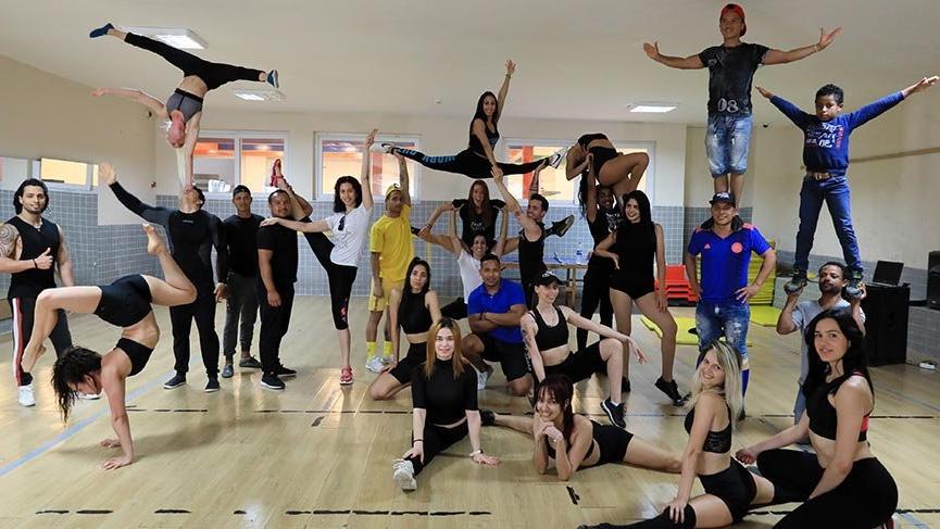 Ülkelerine dönemeyen 45 akrobat ve dansçı depoda form tutuyor