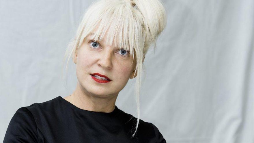 Ünlü müzisyen Sia, geçen yıl iki çocuk evlat edindiğini açıkladı