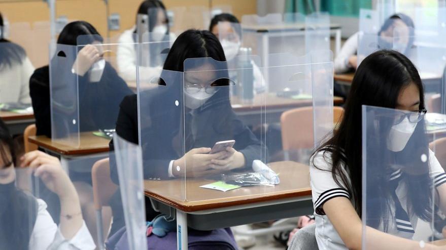 Corona virüsünde örnek ülkede okullar açıldı: İlk görüntüler geldi