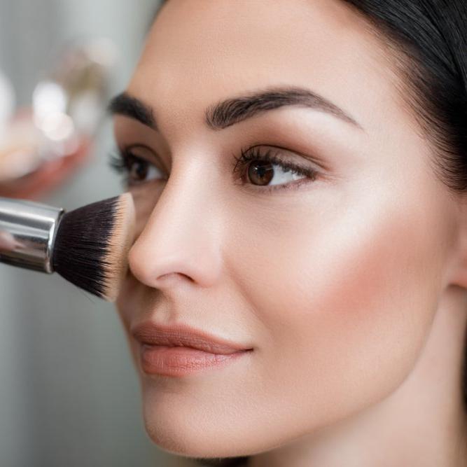 Makyaj hileleri ile yüzünüzü daha zayıf ve ince göstermeniz mümkün!