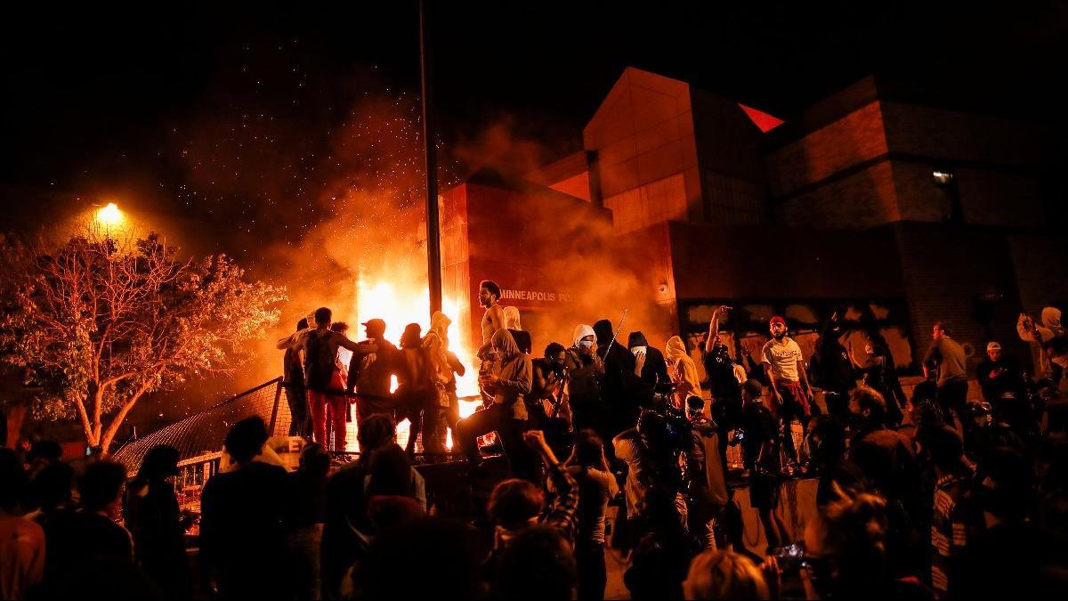 Polis şiddetine öfke dinmiyor! Karakolu ateşe verdiler