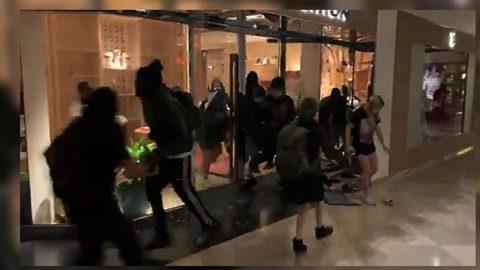 George Floyd eylemi yağmaya dönüştü! Louis Vuitton mağazasına taşlı saldırı...