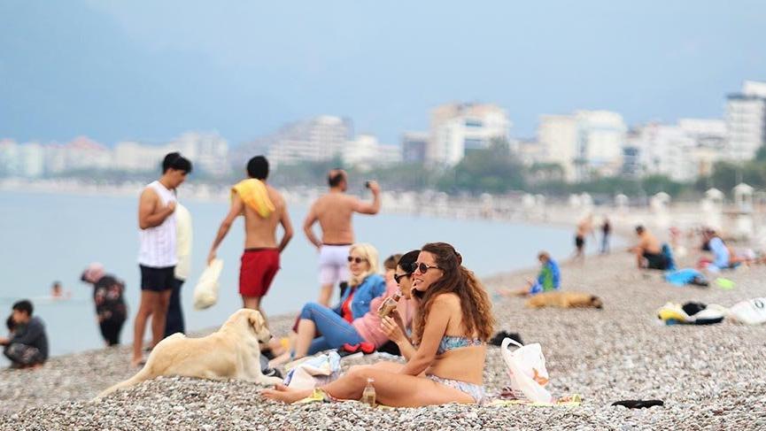 Antalya'da denizi özleyenler sabahın ilk ışıklarıyla Konyaltı Sahili'ne geldi
